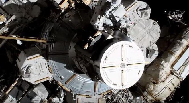 Christina Koch e Jessica Meir momentos após saírem ao espaço