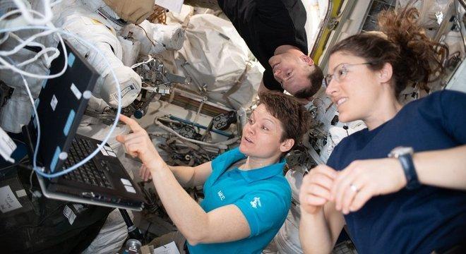 As astronautas Anne McClain,e Christina Koch na Estação Espacial Internacional