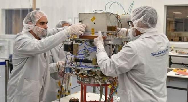 O desenvolvimento do satélite para levar o relógio foi feito por uma empresa do Reino Unido