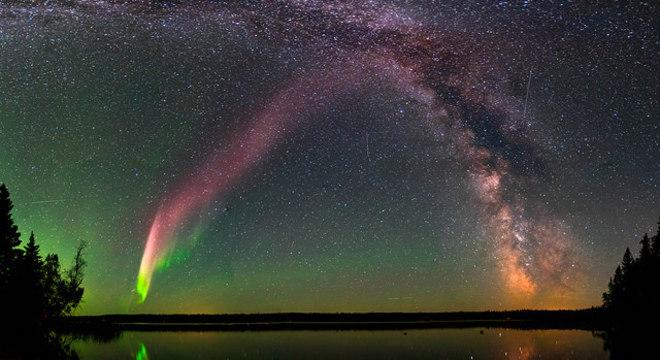 Aurora Steve aparece no céu na cor roxa e em formato de faixa