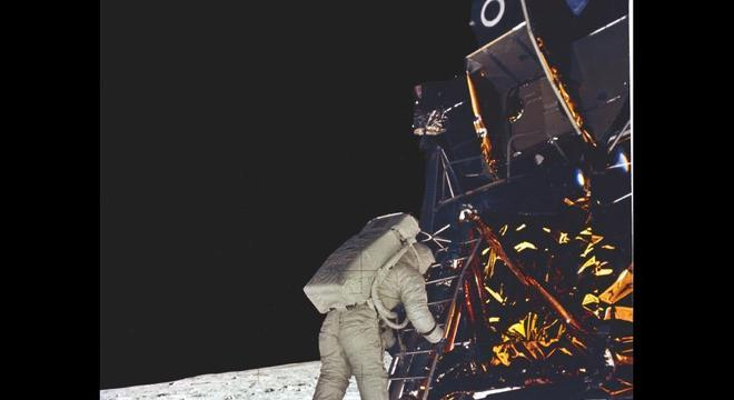 Foto histórica do astronauta Edwin (Buzz) Aldrin descendo na Lua