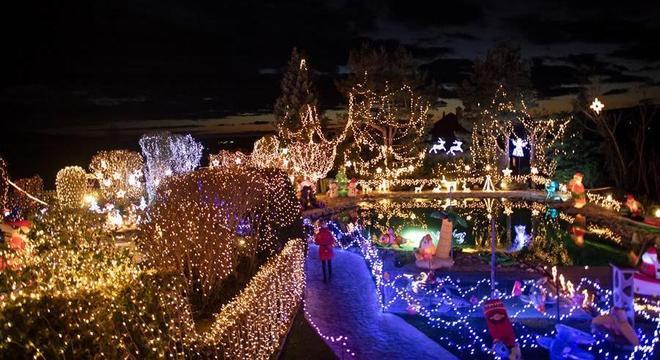 Além de pagar as faturas, Esmond ainda enviou um cartão de Natal para cada casa