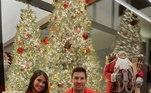 Messi e Antonela também posaram para a fotinho em frente à árvore de Natal
