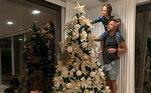 Diego precisou de ajuda para seus filhos para acertar a árvore de Natal