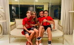Diego Alves, goleiro do Flamengo, a esposa e os filhos