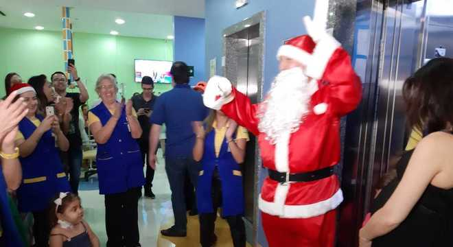 Chegada do Papai Noel na quimioteca do hospital é aguardada por Alma