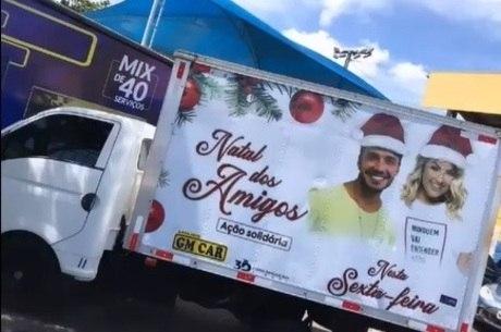Caminhão com foto dos ex-peões e muitos presentes