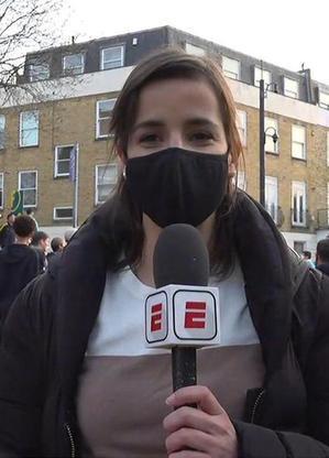 Natalie Gedra durante cobertura dos protestos contra criação da Superliga Europeia