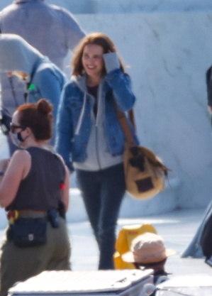 Natalie Portman caminha pelo set de 'Thor: Amor e Trovão'