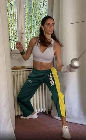 Nathalie treina em casa, em Paris