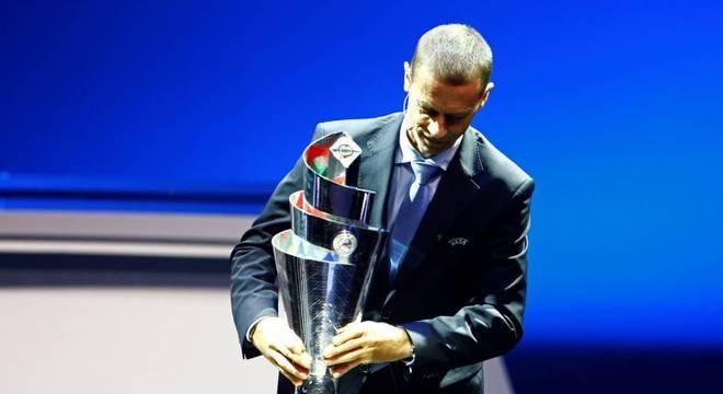 Alexsandr Ceferion, o presidente da UEFA, e a taça da CL