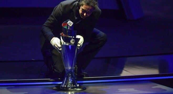 A delicada colocação na taça na LN em seu lugar exato num palco da UEFA