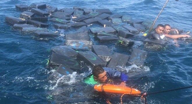 Homens usaram pacotes flutuantes de cocaína para não afundar
