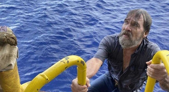 Stuart Bee no momento em que foi resgatado pela tripulação do navio Angeles