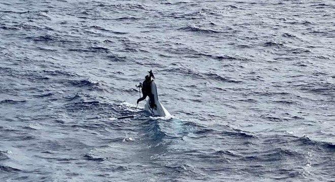 Stuart foi encontrado agarrado à proa da lancha, no meio do mar