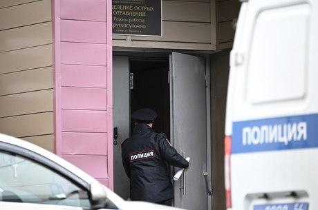 Policial entra em hospital na Sibéria, onde Navalny está