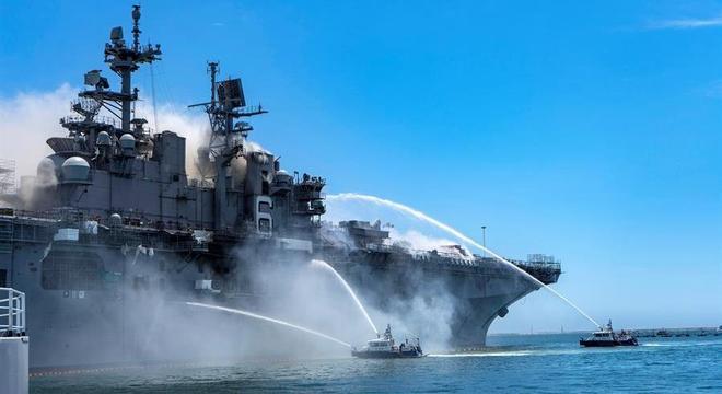 Incêndio em navio está sendo combatido pelo lado de dentro e por fora