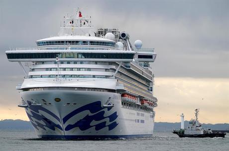 Japão mantém navio de cruzeiro em quarentena