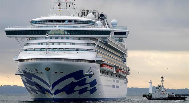 Diamond Princess está ancorado na baía de Tóquio, próximo ao porto de Yokohama