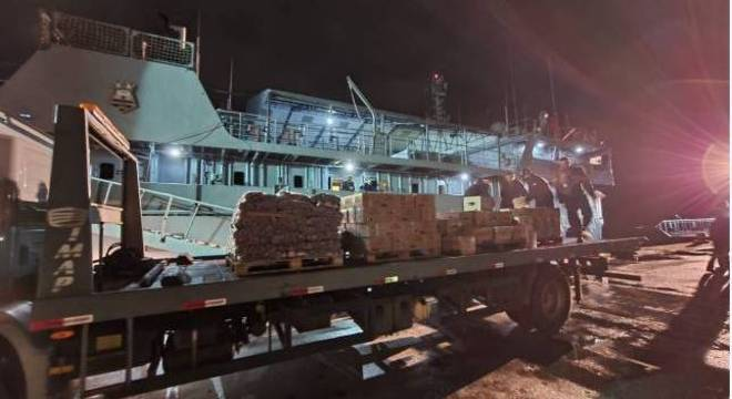 """Carregamento de gêneros alimentícios e medicamentos no Navio-Auxiliar """"Pará"""""""