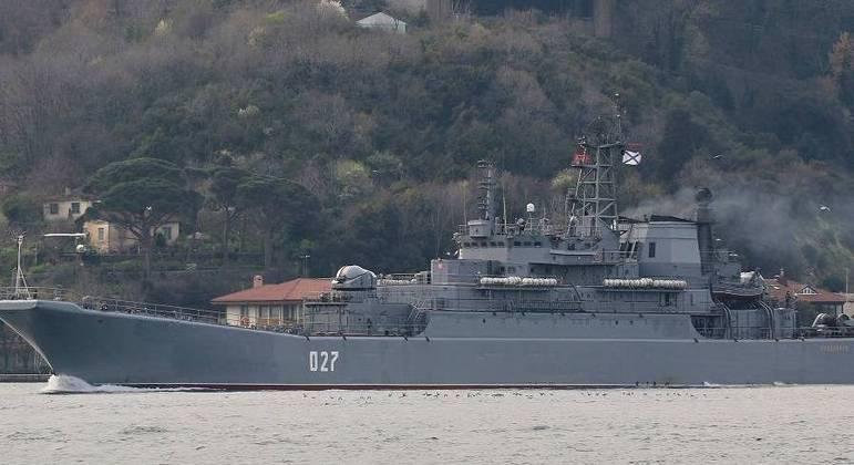 Navio de guerra russo navega pelo estreito de Bósforo em Istambul