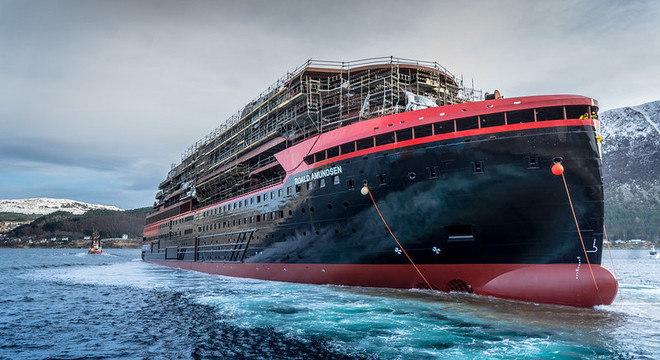 Navio de expedição Hurtigruten da MS Roald Amundsen na Noruega