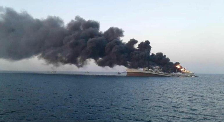 Navio-tanque da marinha iraniana naufraga no Golfo de Omã após incêndio