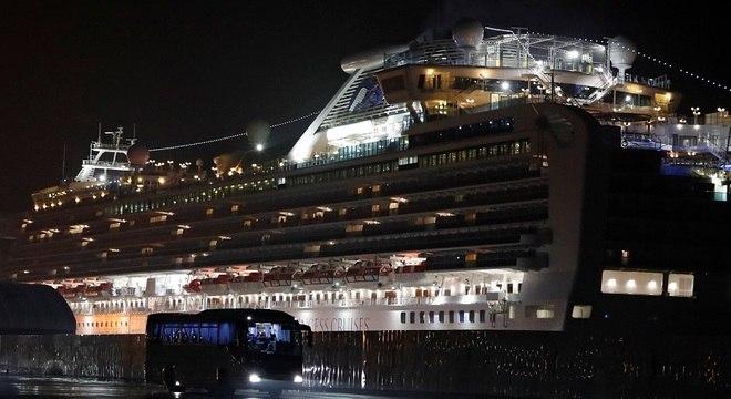 Navio permanece atracado no porto de Yokohama, na baía de Tóquio