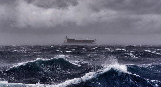 Um navio cargueiro passou perto dos Robertsons, mas não foi em direção a eles, apesar de a família ter disparado vários sinalizadores
