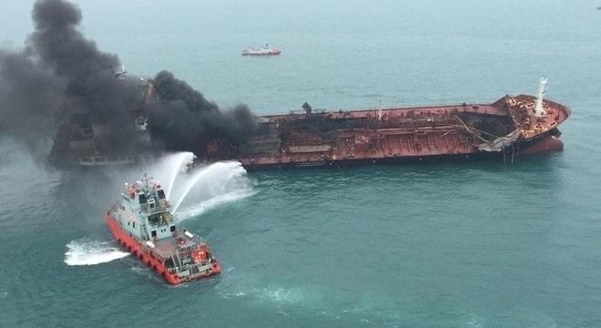 Boa parte do fogo já foi extinto, mas o navio ficou seriamente danificado
