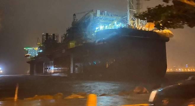 Internautas registraram nas redes sociais o navio na orla da praia em Niterói