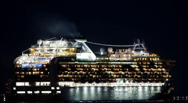 Navio Diamond Princess é visto ancorado no porto de Yokohama