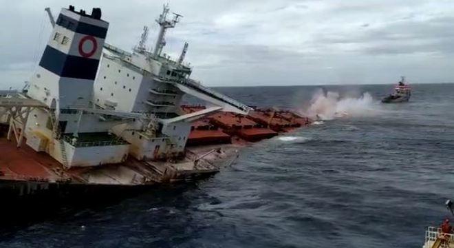 Marinha afundou no mar o navio encalhado na costa do Maranhão