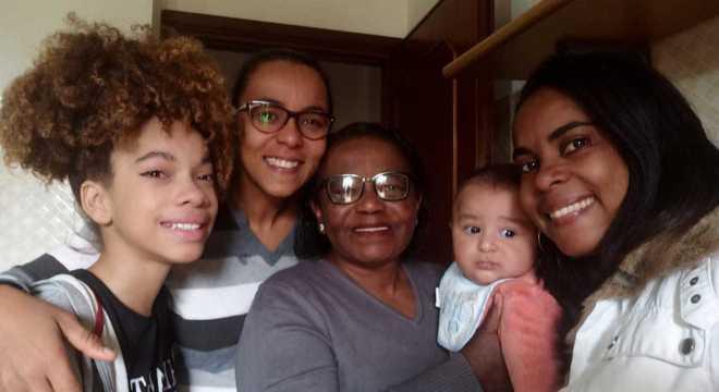 Filha, irmã, mãe e sobrinho ao lado de Nayara Cerqueira, antes do retorno
