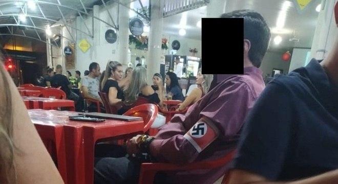 Homem ostenta faixa com símbolo do nazismo em restaurante de Unaí (MG)