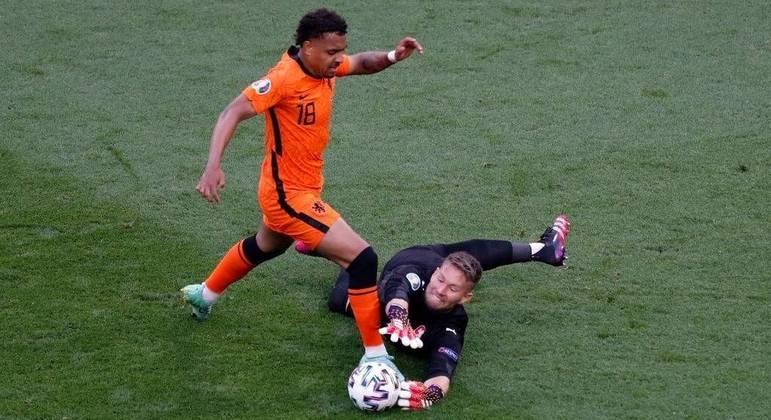 O momento em que Vaclik evita o gol de Malen