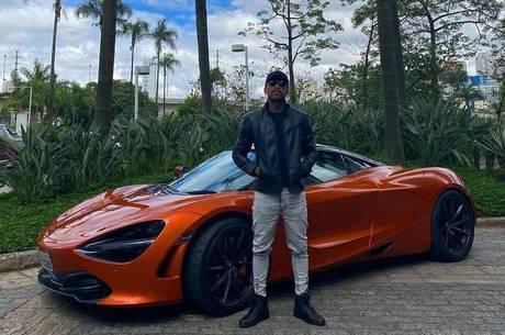 Nego do Borel posa ao lado de carro de luxo