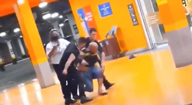 Homem negro foi espancado e assassinado por seguranças em Carrefour no RS