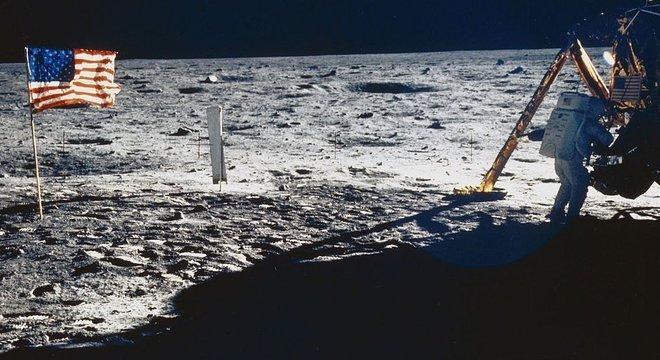 Armstrong (na foto) e Aldrin se preparavam para deixar a Lua quando a Luna 15 se chocou com o solo a centenas de quilômetros dali