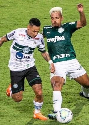 Neílton e Gabriel Menino disputam bola no meio-campo