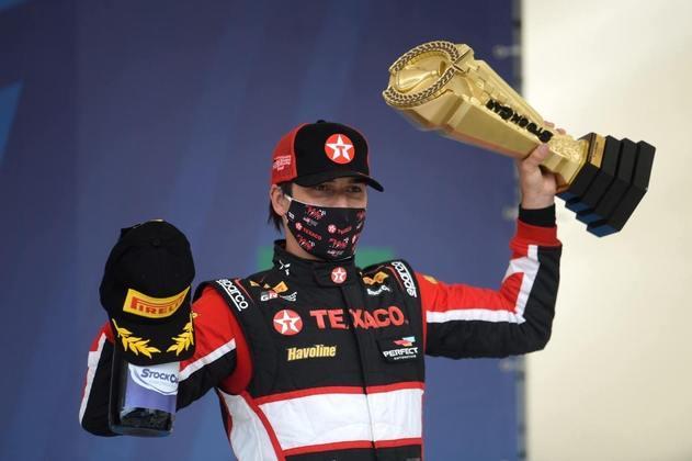 Nelsinho Piquet levanta o troféu da vitória de sábado em Interlagos