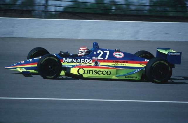 Nelson Piquet deixou a Fórmula 1 em 1991, já com três títulos mundiais na bagagem, e foi se arriscar nas 500 Milhas de Indianápolis do ano seguinte. Na primeira tentativa, sofreu forte acidente e não correu. Em 1993, foi o 13º colocado