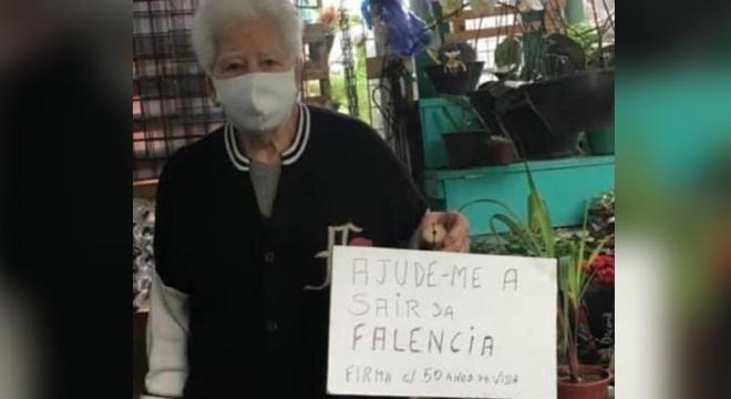 Nelson criou uma placa para pedir ajuda aos clientes