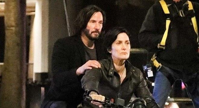 """Neo e Trinity são vistos durante filmagens do novo """"Matrix""""; fotos e vídeos"""