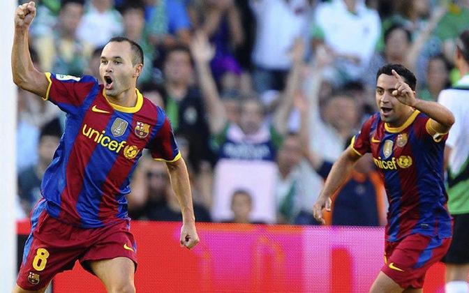 Nesta temporada, Xavi e Iniesta ainda faziam sucesso juntos no Barcelona.