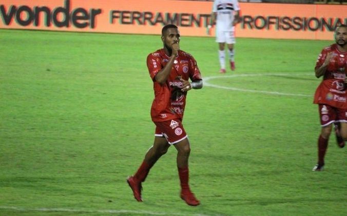 Nesta terça-feira (1), o São Paulo estreou na Copa do Brasil com derrota diante do 4 de Julho, do Piauí. O time de Piripiri venceu a partida por 3 a 2, marcando em três falhas da defesa do Tricolor em bolas paradas pelo alto. Veja as atuações dos atletas do São Paulo e os destaques do Gavião Colorado.