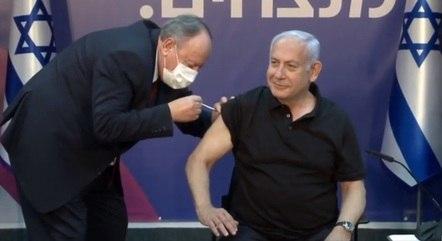 Premiê foi o primeiro cidadão vacinado em Israel