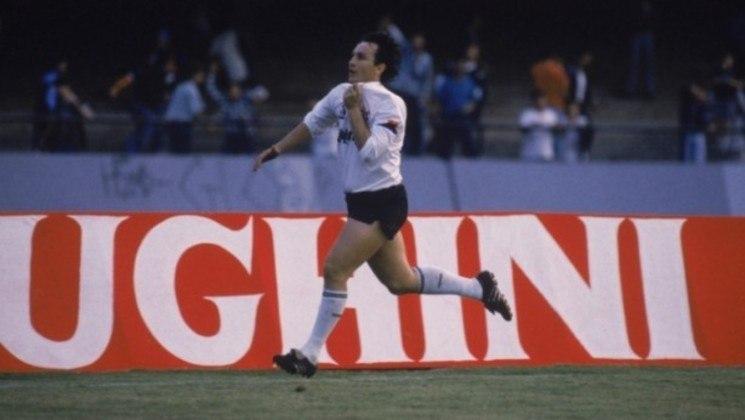 Neto - Flamengo 2 x 3 Corinthians - 1991 - Um dos gola mais bonitos da carreira de Neto aconteceu em 1991, em pleno Maracanã. Mesmo de muito longe, o camisa 10 acertou linda falta no ângulo direito do goleiro Gilmar Rinaldi.