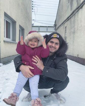 Ao lado do pai, Gabriel, faça chuva, faça sol ou até neve,Alyah está sempre sorridoLeia:Gretchen nega que tenha plástica na barriga: '300 abdominais por dia'