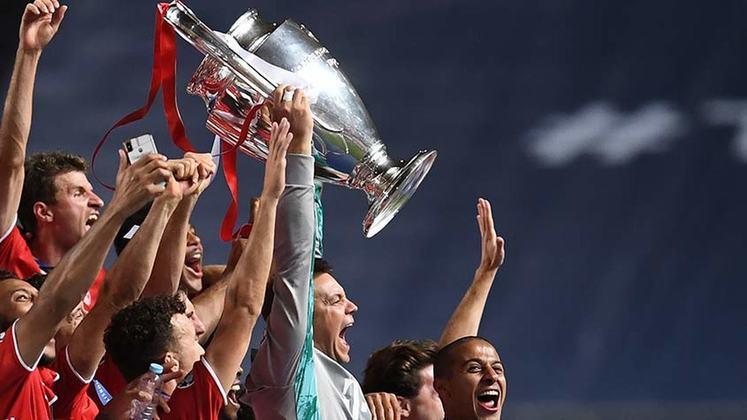 Neuer ergue a taça da Champions cercado pelos companheiros do Bayern.